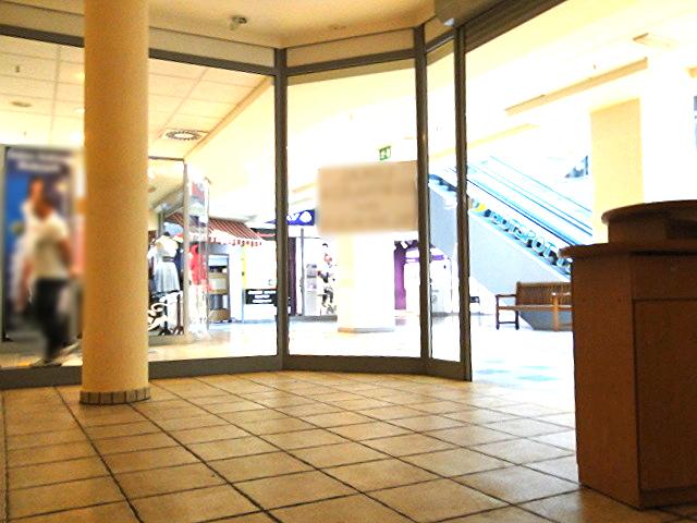 Lokal usługowy zlokalizowany na parterze CH Park111 w holu głównym przy schodach.  Składa się z jednego ...