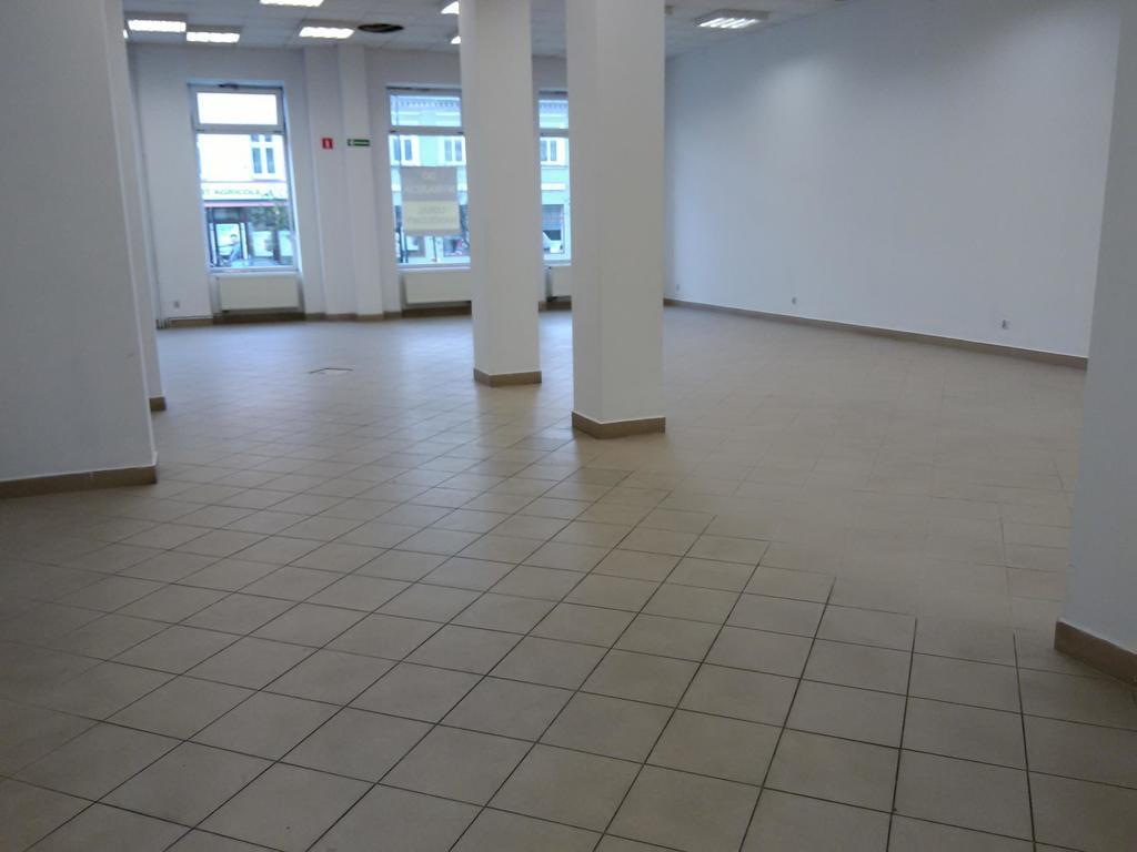 Lokal usługowo-handlowy o pow. 350 mkw  składa się z dużej sali sprzedażowej, magazynu podręcznego, pomieszczenia ...