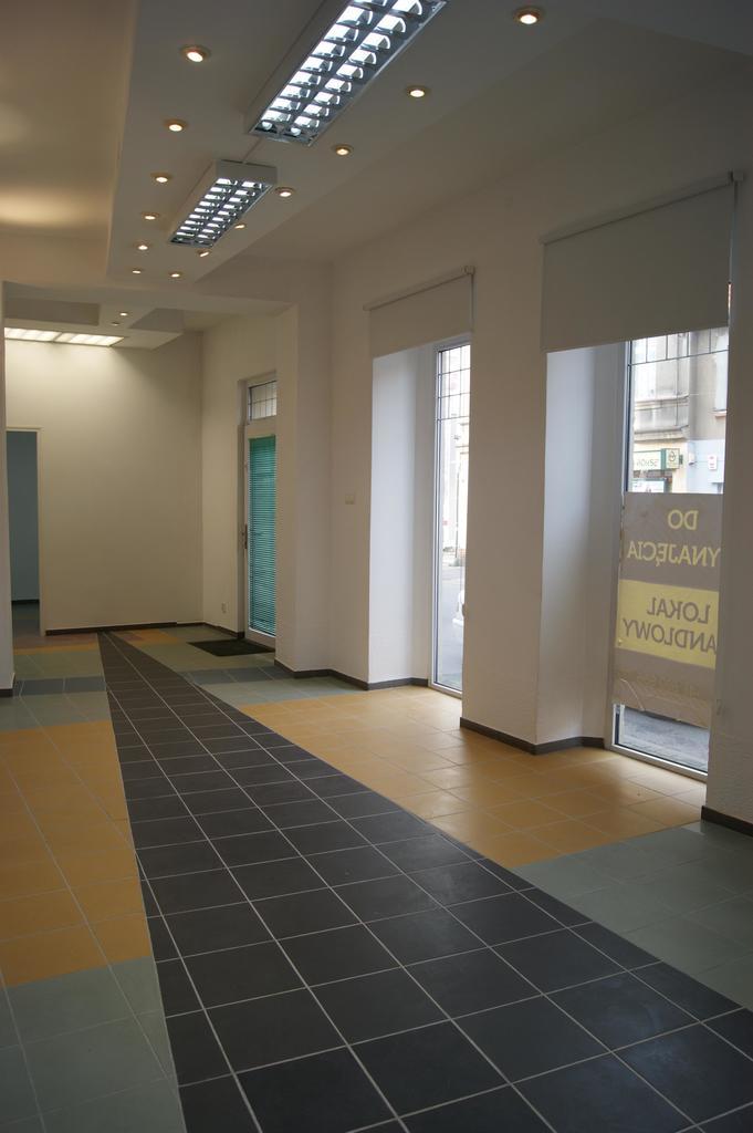 Lokal składa się z części handlowo – usługowej– 39,68 m², pomieszczenia  magazynowego oddzielonego ścianką ...
