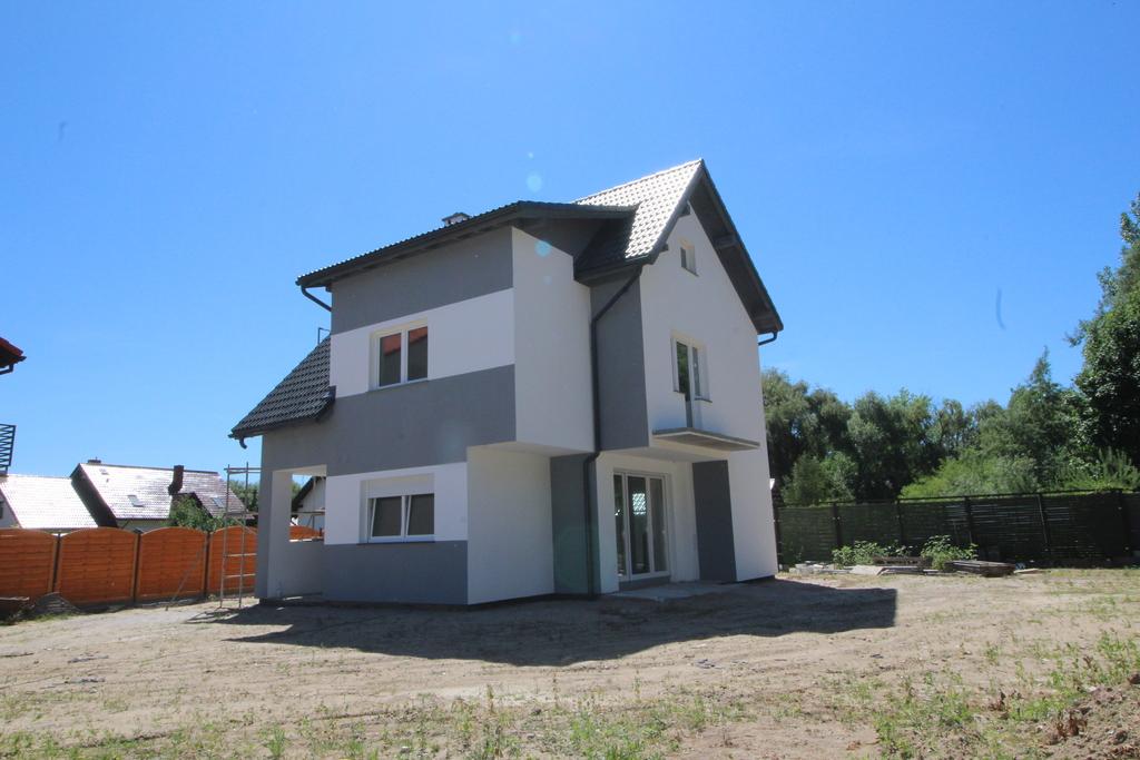 Na sprzedaż dom w stanie deweloperskim o powierzchni 143m. Dom położony nieopodal centrum miasta z dobrym dojazdem ...