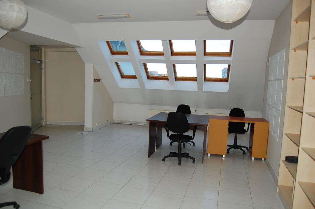 Lokal biurowy o pow. 45m2, składający sie z jednego pomieszczenia Położony na IV piętrze w nowoczesnej zabudowie w ...