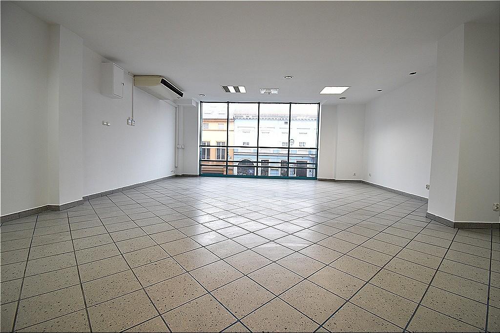 Lokal o powierzchni 82,5 m2, położony w centrum handlowo-biurowym w ścisłym centrum miasta.  Składa sie z 2 ...