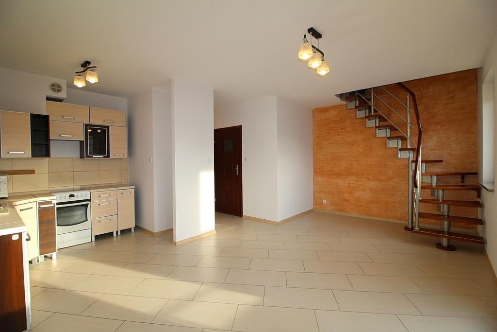 Ciekawe dwupoziomowe mieszkanie o powierzchni całkowitej  85,67 m kw usytuowane na 3 piętrze 3 piętrowego bloku na ...