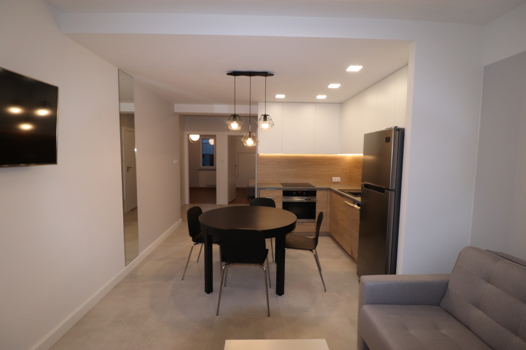 Komfortowe nowe mieszkanie w bloku z windą!  Do wynajęcia atrakcyjne mieszkanie usytuowane na parterze bloku przy ul. ...