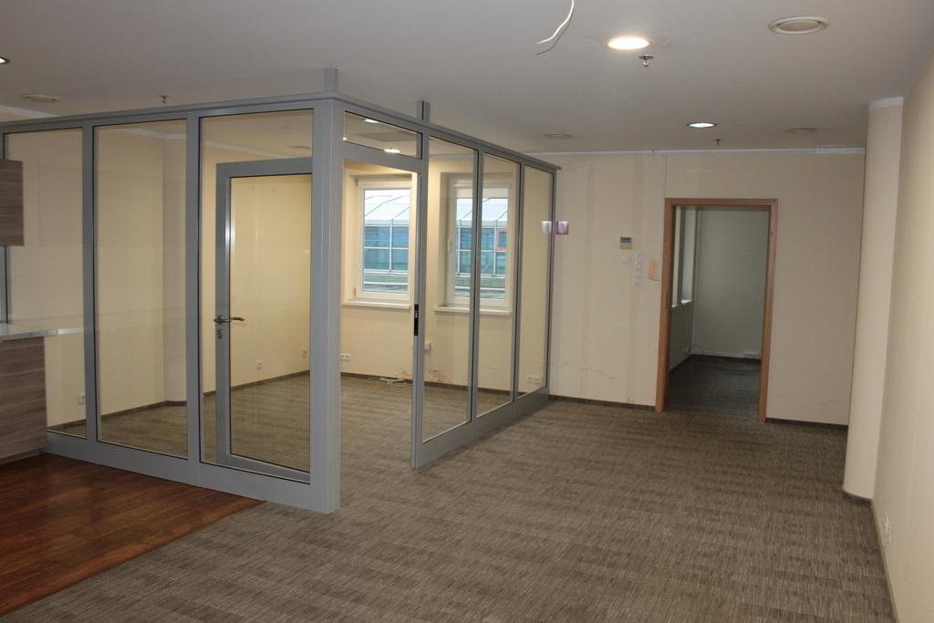 Lokal w ścisłym centrum miasta, położony w centrum handlowym, na III piętrze, o powierzchni 66 m2. Idealny na ...