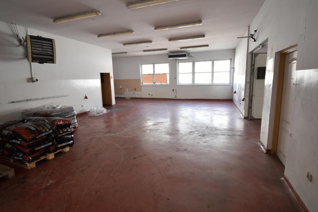 Hala produkcyjno-magazynowa o pow. łącznej ok. 460 m2. Całość podzielona na kilka pomieszczeń ...